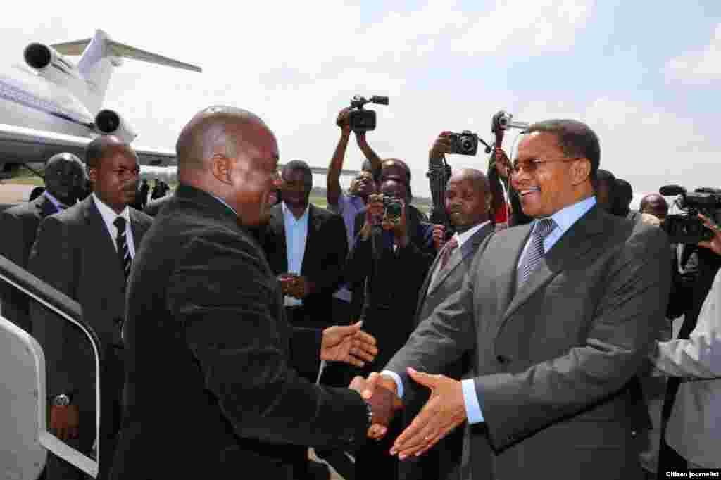 Rais Jakaya Kikwete amkaribisha Rais Joseph Kabila Dar-es-Salaam