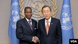 Duta Besar Pantai Gading untuk PBB, Youssoufou Bamba (kiri) berjabat tangan dengan Sekjen PBB Ban Ki-moon di markas besar PBB di New York.
