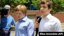Алекс Вавілов та його брат Тім виходять з суду, де розглядалась справа їх батьків, 2010