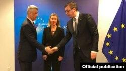 Predsednik Srbije Aleksandar Vučić i predsednik Kosova Hašim Tači sa visokom predstavnicom Eu Federikom Mogerini u Briselu, u martu ove godine