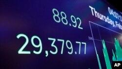 Las bolsas mundiales subieron el miércoles con la esperanza de que los bancos centrales y los gobiernos puedan ayudar a la economía a superar las interrupciones creadas por el brote de del coronavirus, que ha afectado principalmente en China. Foto de archivo.