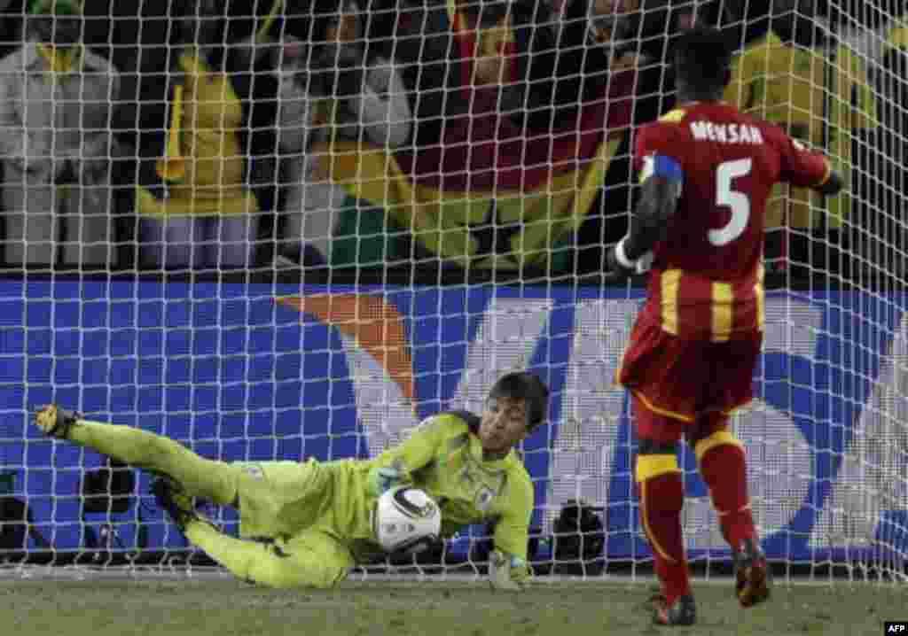 Джон Менса (Гана), справа пропускает пенальти а матче между Уругваем и Ганой. (Фото АП / Иван Секретарев)
