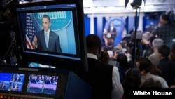 媒体在白宫现场报道奥巴马总统的每周例行讲话