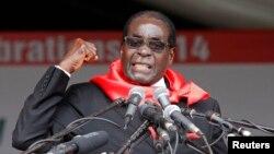 로버트 무가베 짐바브웨 대통령이 지난 23일 마론데라에서 열린 자신의 90세 생일 축하 행사에서 연설하고 있다.