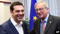 PM Yunani Alexis Tsipras (kiri) bertemu dengan Presiden Komisi Eropa Jean-Claude Juncker di Brussels, hari Kamis (11/6).