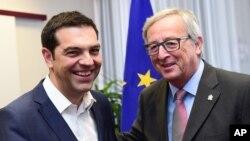 Primeiro-ministro Alexis Tsipras, à esquerda, com o Presidente da Comissão Europeia Jean-Claude Juncker