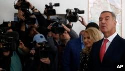ARHIVA - Bivši premijer CG Milo Đukanović sa suprugom Lidijom (AP Photo/Darko Vojinovic)