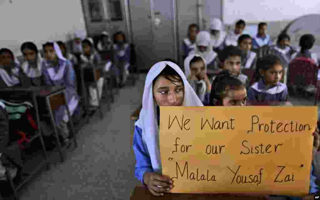 اسلام آباد کے ایک سکول کے کلاس روم میں ایک لڑکی نے ملالہ کے حق میں بینر اٹھایا ہوا ہے