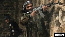 Un rebelde sirio dispara contra posiciones gubernamentales en Qastal Harami, en Aleppo, donde el grupo terrorista al-Nusra amenaza con robarse la revolución.