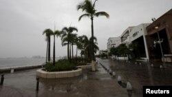 Tras el paso del huracán Patricia, Puerto Vallarta, Mexico continúa con fuertes lluvias y alerta de inundaciones.