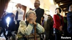 2015年10月19日韩国与家人团聚参与者等待与亲人会面。