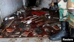 23일 시리아 자발레 시의 한 병원에 수니파 무장조직 ISIL에 의한 폭탄 테러가 발생한 후, 시리아 정부군 병사가 피로 물든 응급실 바닥에 서 있다.