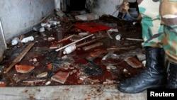 Seorang tentara Suriah memeriksa sebuah ruang gawat darurat pasca serangan bom terhadap rumah sakit di kota Jableh, Senin (23/5).