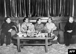 1956年,西藏的两位精神领袖班禅喇嘛(左2)和达赖喇嘛(右2)和中华人民共和国主席毛泽东、国务院总理周恩来和刘少奇(右)在北京。