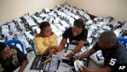 Comissão Eleitoral Independente do Congo conta votos em Kinshasa, Rep. Dem. Congo, 4 Jan., 2019.
