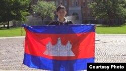 """យុវជនអ៊ួង ទីកេត្យា កាន់ទង់ជាតិខ្មែរពេលនៅសាកលវិទ្យាល័យ University of Montana ក្រោមកម្មវិធី Study of the United States Institute"""" (SUSI) ខែកក្កដា ឆ្នាំ២០១៣។ (Courtesy photo)"""