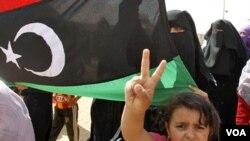 Refugiados libios que huyeron de los disturbios llevan a cabo una protesta contra Moammar Gadhafi en un campo de refugiados cerca de la frontera sur de Libia y Túnez, en el cruce de Dehiba.