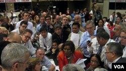 Para peserta Konferensi Perubahan Iklim PBB berkerumun pasca tercapainya kesepakatan di Durban (11/12).