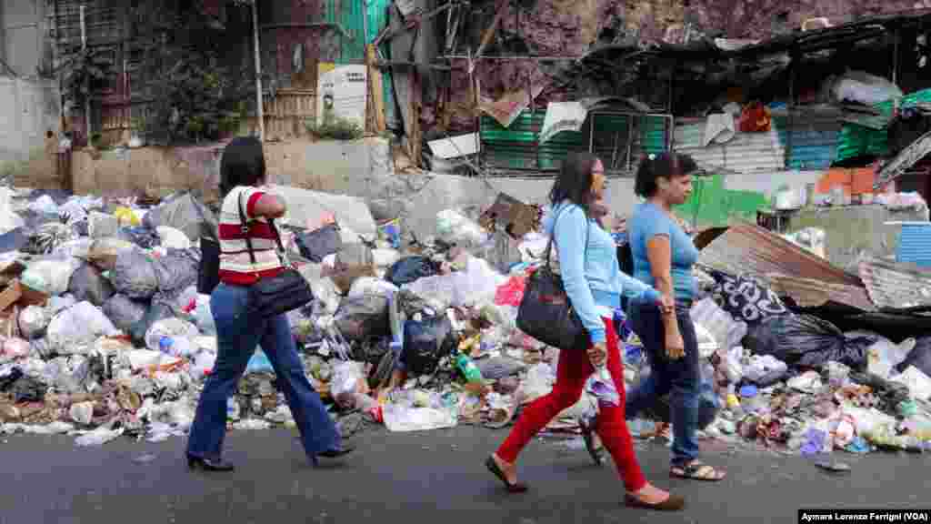 En Petare la basura ha desplazado a los transeúntes de las aceras.