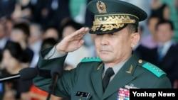 한국 창군 이래 육군 3사관학교 출신으로 처음 합참의장에 내정된 이순진 제2작전사령관이 2014년 8월 11일 대구 사령부 내 대연병장에서 열린 취임식에서 경례하고 있다.