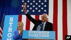 Le sénateur Bernie Sanders et la candidate démocrate à la présidentielle Hillary Clinton à un rassemblement à Portsmouth, New hampshire, le mardi 12 juillet 2016. (AP Photo / Andrew Harnik)