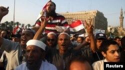 Para pengunjuk rasa di Lapangan Tahrir, Kairo (22/6) menuntut diumumkannya hasil Pemilu Mesir.