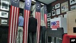 공화당 대선 후보를 선출하기 위해 첫 예비선거가 뉴햄프셔 주에서 열리는 가운데 투표권을 행사하는 시민들