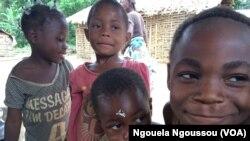 Des enfants autochtones du village Oleme à Mbomo dans la Cuvette Ouest, Congo-Brazzaville, 29 novembre 2017. (VOA/Ngouela Ngoussou)