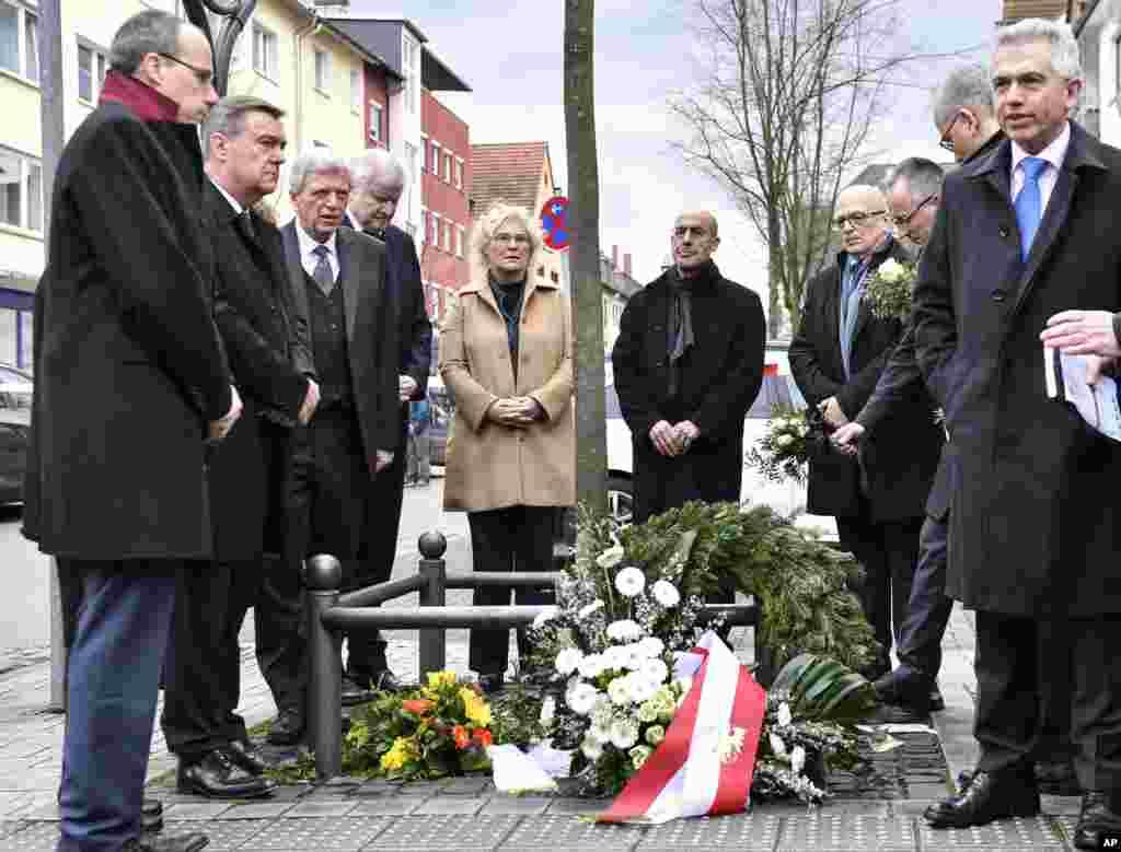 ساعتی بعد از تیراندازی در مرکز آلمان، مقامات آلمانی در محل حادثه حاضر شده برای قربانیان ادای احترام کردند. یک مرد ۴۳ ساله آلمانی که گرایشات راست افراطی داشت، نه نفر را روز پنچشنبه کشت.
