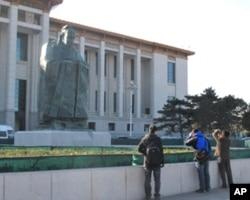 游客给孔子雕像拍照
