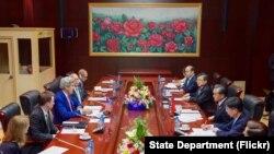 Ngoại trưởng Hoa Kỳ John Kerry và người đồng cấp Trung Quốc Vương Nghị tại hội nghị song phương bên lề Hội nghị ASEAN ở Vientiane, Lào, ngày 25/7/2016.