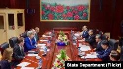 دیدار جان کری وزیر خارجه آمریکا با همتای چینی خود در حاشیه نشست اتحادیه کشورهای جنوب شرق آسیا در لائوس - ۴ مرداد ۱۳۹۵