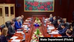Джон Керри обращается к министру иностранных дел Китая Ван И. Вьентьян, Лаос, 25 июля 2016.