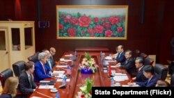 2016年7月25日,美国国务卿克里在老挝万象国家会议中心与中国代表团举行会晤。会议是在东盟年会召开期间举行的。