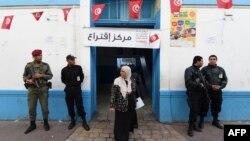 23일 튀니지에서 대선이 치뤄진 가운데, 보안 요원들이 튀니스 투표소 앞을 지키고 서 있다.