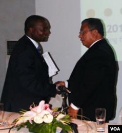 Darmin Nasution dan Prof. Njuguna berjabat tangan seusai acara AFI di Jimbaran Bali, 27 September 2010.