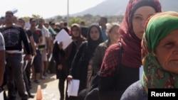 Người tị nạn và di dân xếp hàng bên trong một sân vận động bóng đá được sử dụng làm trung tâm đăng ký tại thành phố Mytilene, trên đảo Lesbos của Hy Lạp, ngày 8/9/2015.