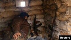 시리아 반군이 30일 알레포 반군 지역 초소에서 무기를 내려놓고 휴식을 취하고 있다.