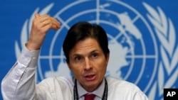David L. Heymann, directeur de l'OMS, donne une conférence de presse à Genève, Suisse, le 1er avril 2003.