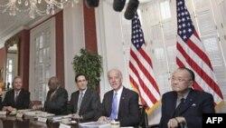 Chủ tịch Ủy ban Chuẩn chi Thượng viện, Thượng nghị sĩ Daniel K. Inouye (phải) dự một cuộc họp với Phó Tổng thống Biden và các nhà lập pháp