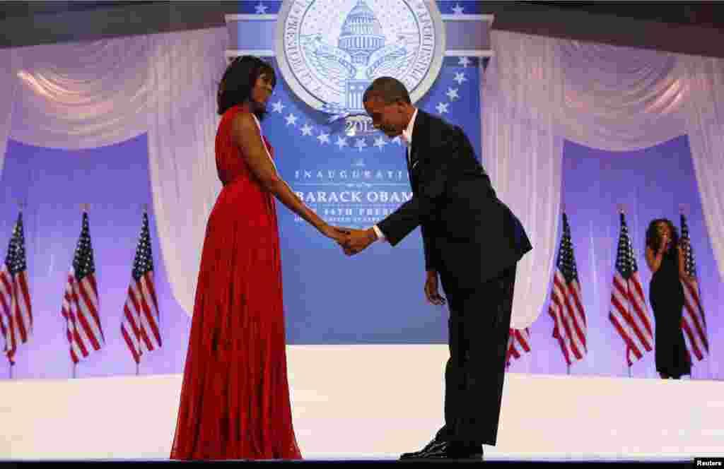 Presiden AS Barack Obama memberi penghormatan pada Ibu Negara Michelle Obama pada pesta dansa inaugurasi di Washington (21/1). (Reuters/Kevin Lamarque)