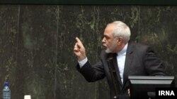 عکس آرشیوی از محمدجواد ظریف وزیر خارجه ایران در حال پاسخ به پرسشهای نمایندگان مجلس درباره مذاکرات هستهای - دی ماه ۱۳۹۳
