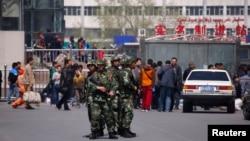 武警在乌鲁木齐火车站出口站岗(2014年5月1日)