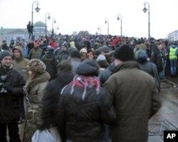 附近的过河大桥上挤满示威群众