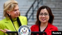 Mantan korban perdagangan manusia asal Indonesia, Shandra Woworuntu (kanan) didampingi anggota Kongres AS, Carolyn Maloney berbicara kepada media di New York (22/3).