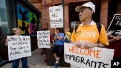 """Defensores de las mujeres y sus hijos aseguran que éstos serán sujetas de """"abuso terrible"""" si regresan, por lo que apelarán la decisión del juez.Immigration"""