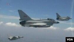 中國戰機進行飛行演習。(視頻截圖)
