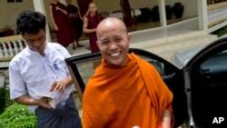 Biksu radikal Burma, Wirathu (kanan) mendesak umat Buddha di Burma untuk memboikot bisnis milik minoritas Muslim (foto: dok).