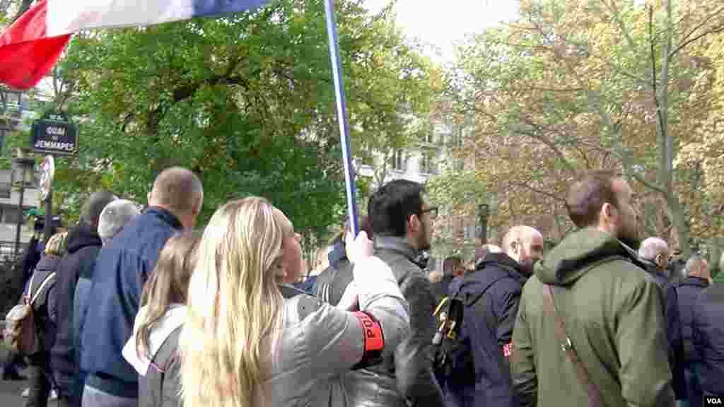 Demonstrasi polisi di bagian utara Paris (26/10). (VOA/L. Bryant)