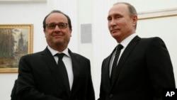 Presiden Perancis Francois Hollande (kiri) bersama Presiden Rusia Vladimir Putin dalam pertemuan di Moskow, Rusia hari Kamis (16/11).